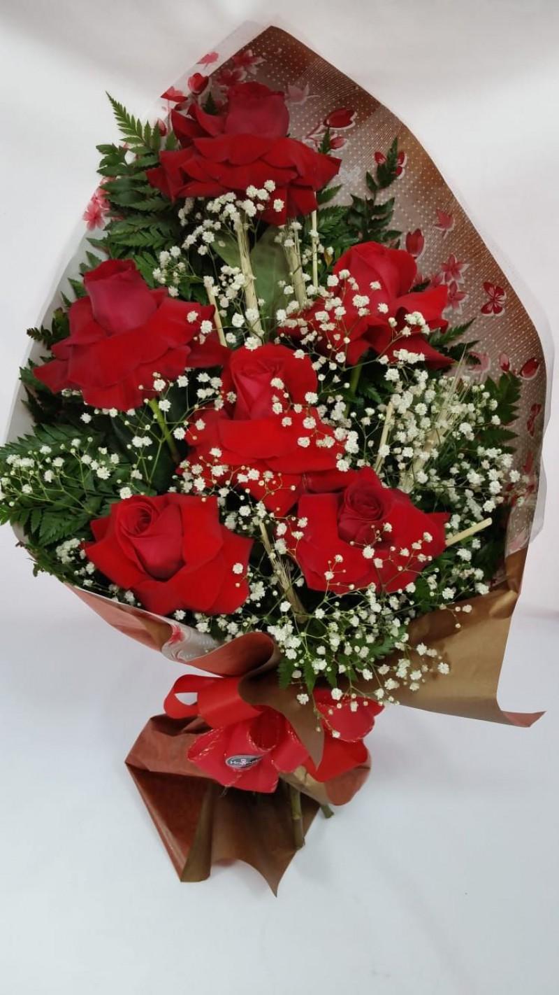 Buque com 6 rosas importadas