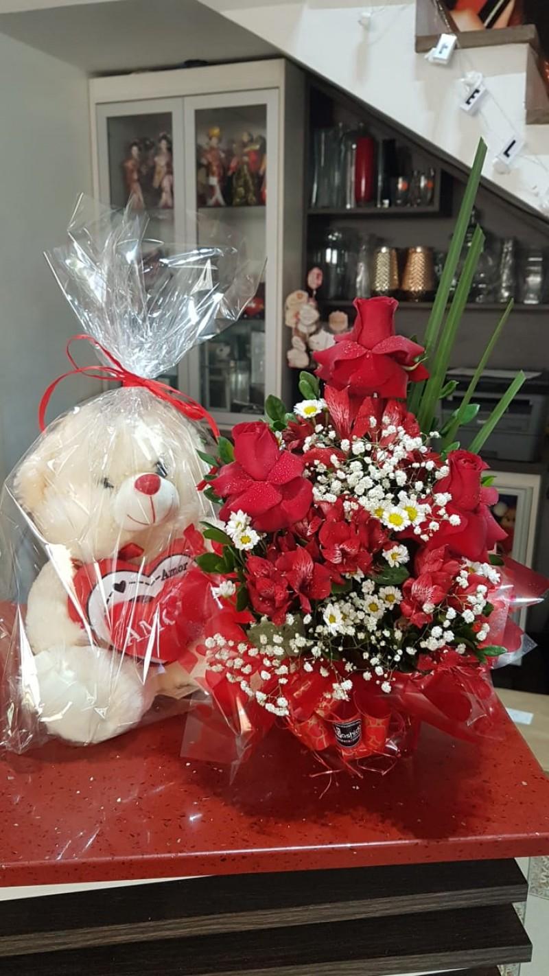 Sacole com três  rosas vermelha luxo e urso