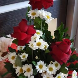 Sacole com 3 rosas e flores do campo
