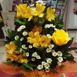 Sacole com 3 rosas amarelas
