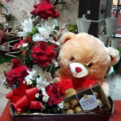 Cx com arranjo de 4 rosas nacionais, Astromelias, urso e ferrero rocher