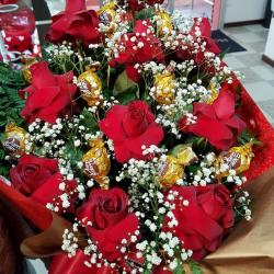 Buque com 10 rosas nacionais luxo e 10 bombons