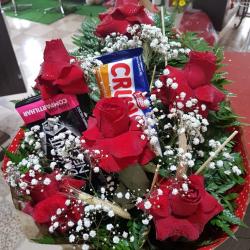 Buquê com 6 rosas nacionais luxo mais 2 barras de chocolate