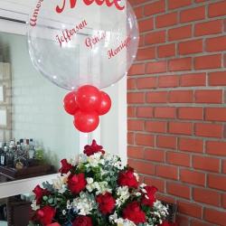 Cesta com 30 rosas luxo, balão hélio com luzes e escrita