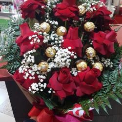 Buquê com 10 rosas vermelhas luxo e 10un ferrero rocher