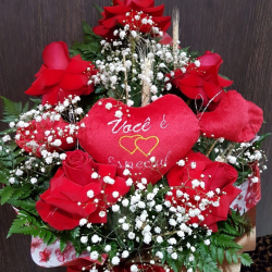 Buquê com 5 rosas importadas e coração médio