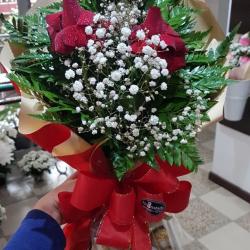 Buquê com 3 rosas vermelhas luxo mais ferrero rocher com 12 unidades