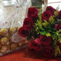 12 rosas vermelhas. Tango e verde mais 1cx de ferrero rocher com 12 un